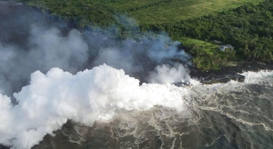 Myndighederne på Hawaii advarer mod de dampe, der opstår når lava rammer saltvand.