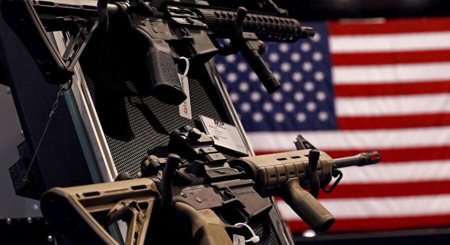 Våbenfabrikantens salg er sidste år faldet med 32,8 pct. mod året før. Det fremgår af selskabets årsregnskab, der viser et samlet salg på 606,9 mio. dollar (3,9 mia. kr.) sammenlignet med forrige års 903,2 mio. dollar.