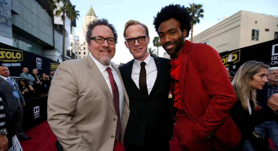 Jon Favreau (tv), der skal skabe den nye Star Wars-serie, spiller med i den nye film om Han Solo. Her sammen med andre fra filmen, Paul Bettany (mf) and Donald Glover (tv). Reuters/Mario Anzuoni