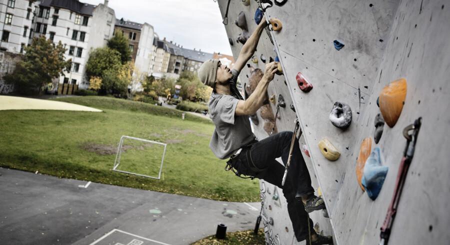 Hos landets klatreklubber kan du prøve kræfter med både høje og lave klatrevægge - fra bouldering til klatring med reb. Scanpix/Thomas Lekfeldt
