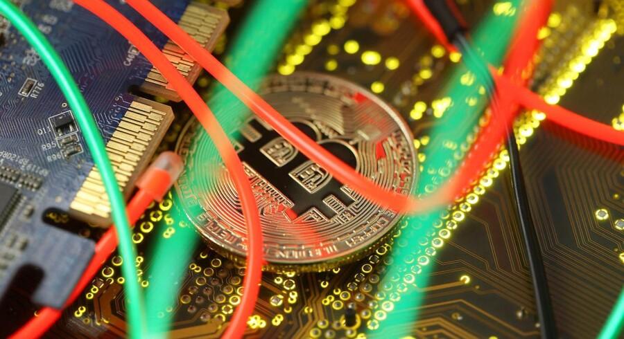 Generelt har værdien af den digitale valuta været faldende siden slutningen af sidste år, hvor bitcoin nåede sit hidtil højeste niveau og i december kostede 19.511 dollar stykket.