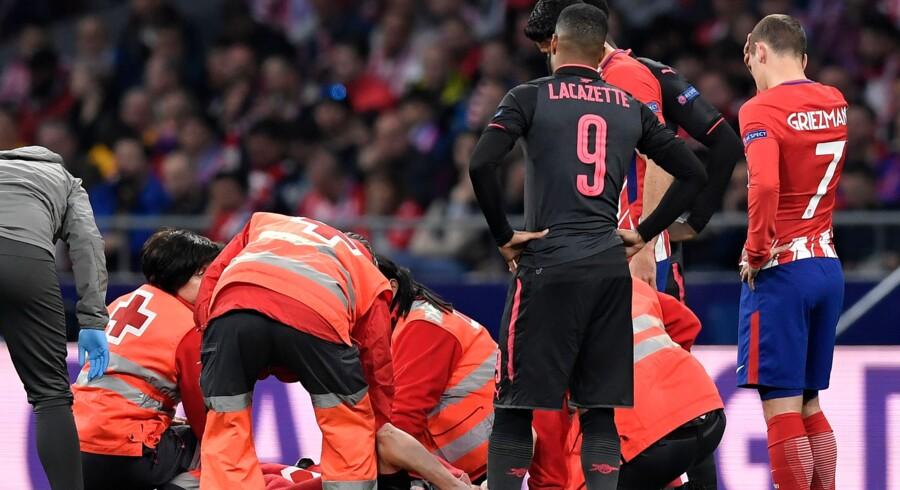Laurent Koscielny blev båret fra banen, da Arsenal torsdag mødte Atlético Madrid i Europa League. Franskmanden er mindst ude til december. Scanpix/Gabriel Bouys/arkiv