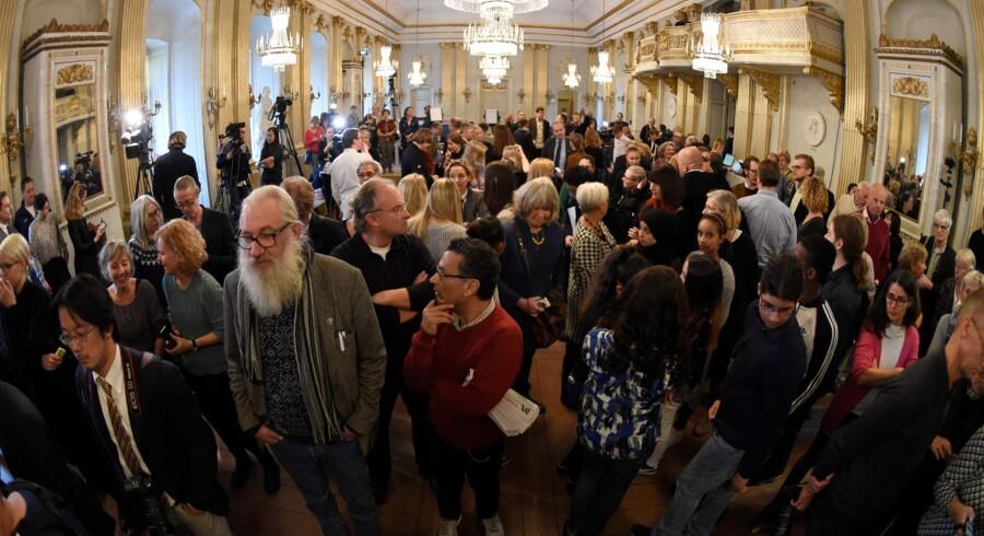 Foto fra den 13. oktober 2013, hvor et stort antal journalister og gæster venter på pressemødet i Stockholm, hvor navnet på årets modtager af Nobelprisen i litteratur blev offentliggjort. Det Svenske Akademi kommer ikke til at uddele Nobels litteraturpris i 2018, da institutionen er blevet rystet af flere skandaler. Scanpix/Jonathan Nackstrand