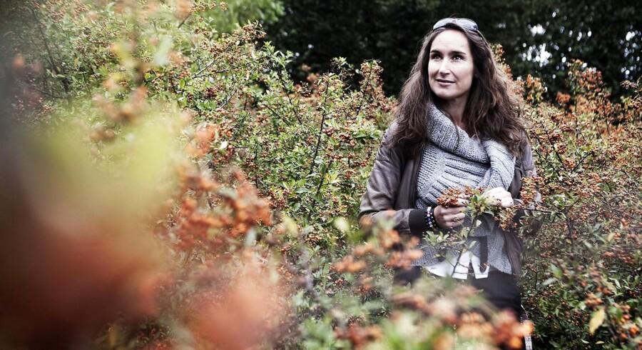 Signe Wenneberg giver gerne sorte plasticspande i værtindegave. »De er gode at have i en have. Man har altid brug for flere, end man regner med.« Foto: Ritzau Scanpix