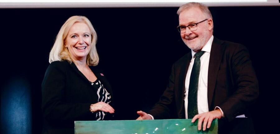 Sidste år kunne Ledernes formand Svend Askær ønske direktør Marianne Benzon Nielsen fra Børnecancerfonden tillykke med prisen som Årets Leder. Foto: Thomas Tolstrup, Lederne