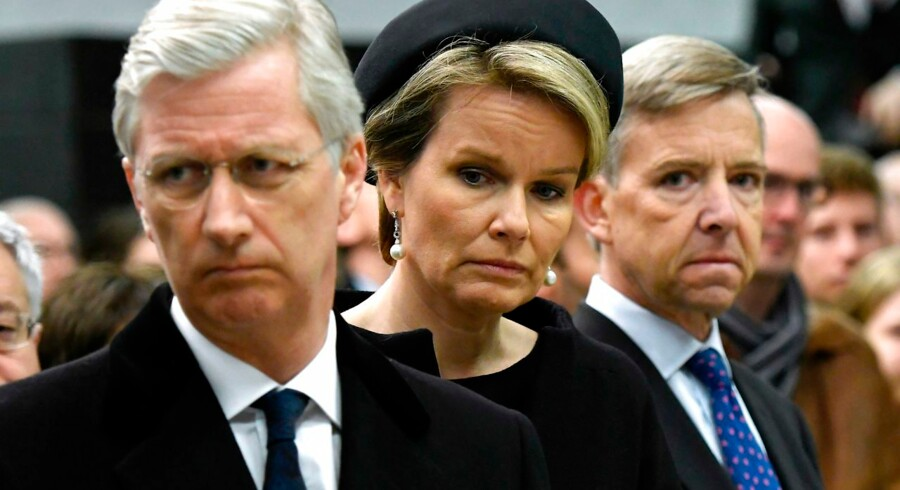 King Philippe - Filip of Belgium (L) and Queen Mathilde of Belgium (C) attend a minute of silence at 09:11 am in the Maelbeek - Maalbeek subway station on the first anniversary of the twin Brussels attacks by Islamic extremists on March 22, 2017 in Brussels. Belgium marks the first anniversary of the Islamic State bombings in Brussels, one at the airport and the other in the metro, in which 32 people were killed and more than 320 wounded with ceremonies showing that the heart of Europe stands defiant. / AFP PHOTO / POOL / Didier Lebrun