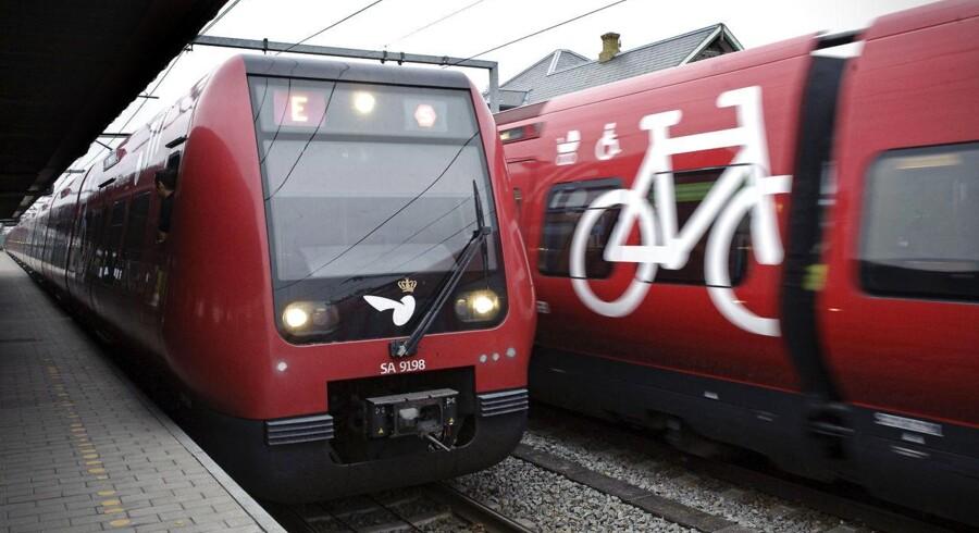 Politi og redning havde vanskelige arbejdsforhold på mørk strækning, hvor mand var kørt ihjel af S-tog. (Foto: Jens Nørgaard Larsen/Scanpix 2013)