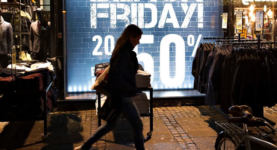 Reklameskilte i butikker i Aalborg City om morgenen under Black Friday , fredag d. 24. november 2017.