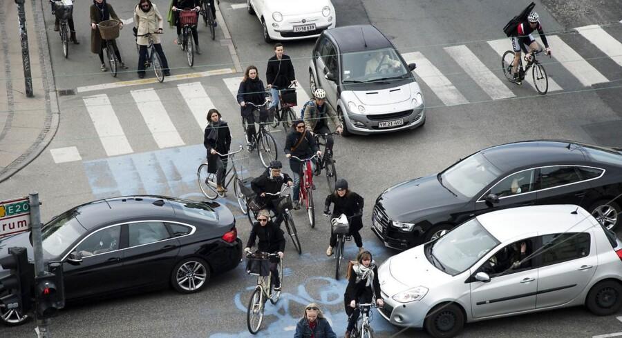 Cyklister og bilister kæmper om pladsen ved det store kryds ved Dronning Louises bro og Nørre Søgade.