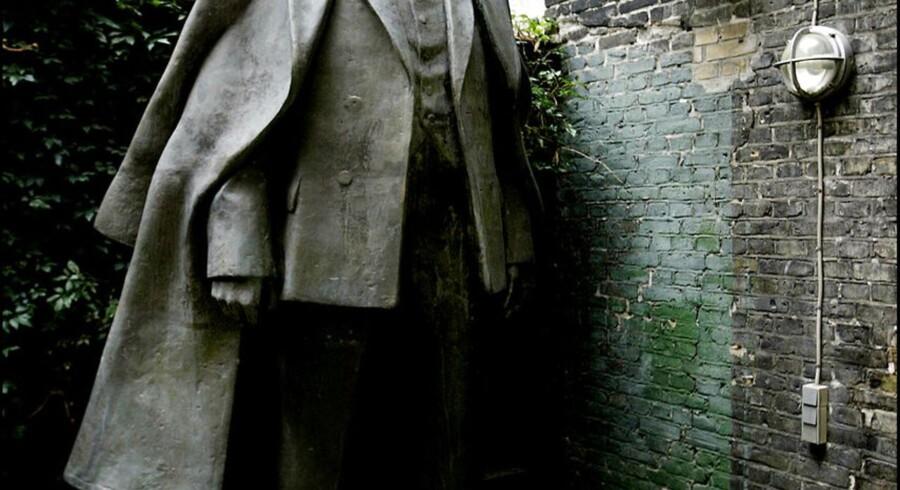 Statue af Vladimir Lenin der tidligere har stået ved Sømændenes Forbunds skole i Hørsholm, står nu i baggården ved Arbejdermuseet i København. Den er udført af billedhuggeren Ollo Kaleis.