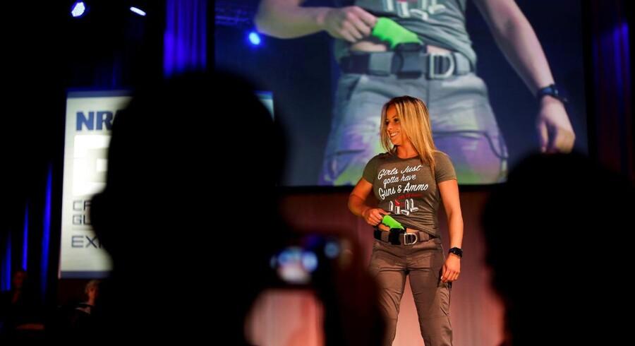 Et korset der fungerer som pistolhylster og tasker specialdesignet til hurtig våbenadgang blev vist frem på catwalken, da våbenorganisationen NRA fredag afholdt sit første modeshow.