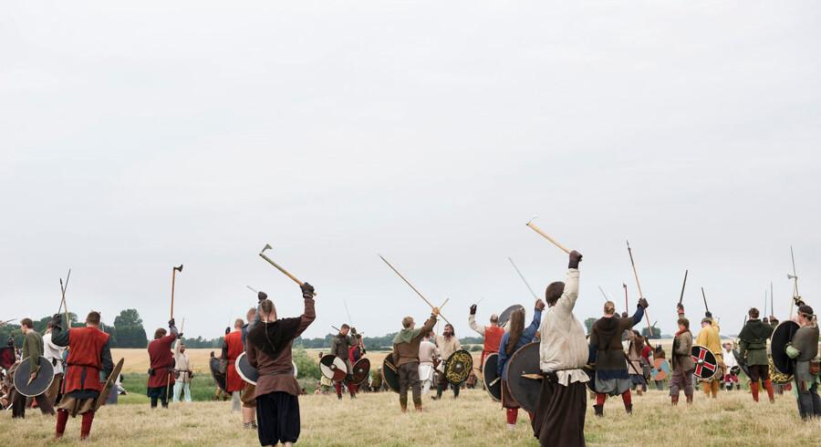 """Harald Blåtand byggede Trelleborg i år 980, men hans søn Svend Tveskæg vil gerne overtage magten, og derfor opstod det store """"Slaget om Trelleborg"""". Hver dag kæmper omkring 300 krigere på slagmarken, med spyd, skjold og sværd."""