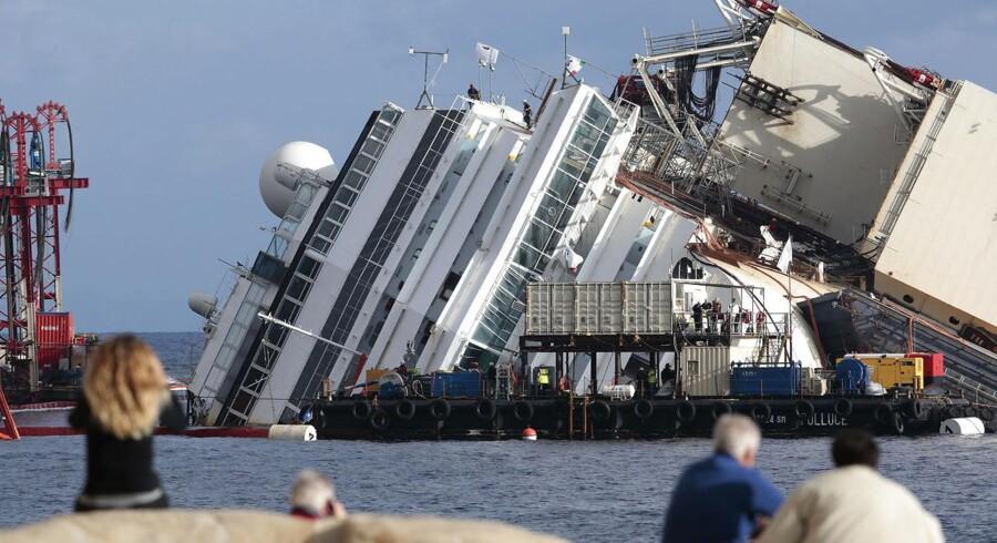 Et eksperthold er i fuld gang med at hæve krydstogtskibet Costa Concordia fra havbunden i den største og dyreste bjærgningsaktion nogensinde. Dykkere har pumpet omkring 18.000 ton cement ind i sække under skibet for at forhindre, at det brækker over i operationen, der indtil videre har kostet 4,5 milliarder kroner. Et af de involverede forsikringsselskaber vurderer, at det samlede beløb kan ende på 6,2 milliarder kroner.