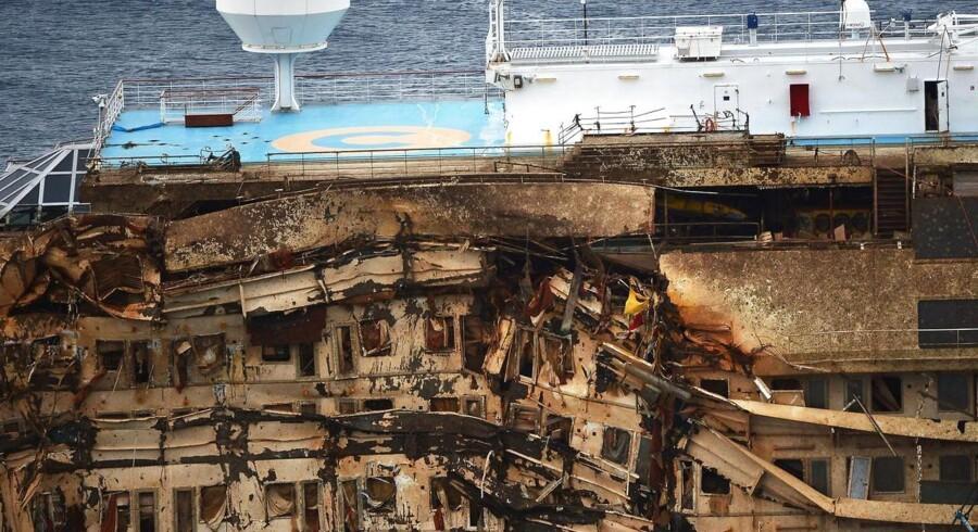 Et nærbillede af det ødelagte skib, der tidligt tirsdag morgen blev løftet op fra det sted det har ligget på grund i over 20 måneder. Der var 4.200 passagerer om bord og 32 mennesker mistede livet da skibet ramte nogle klipper og gik på grund i januar 2012.