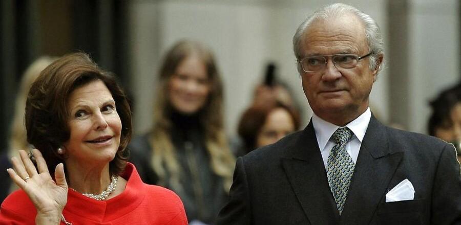 Den svenske kong Carl Gustaf prøver at finde en grimasse, der kan passe, på sin 40 års jubilæumsdag som regent.