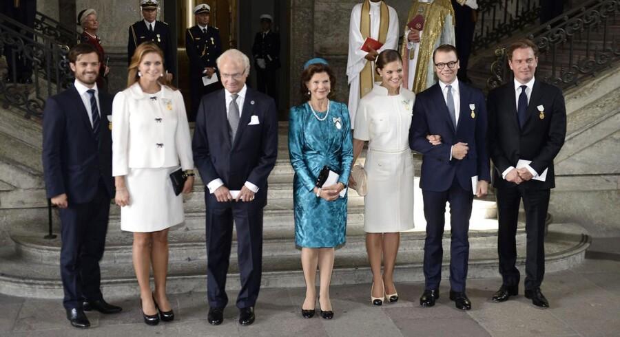 Familiefoto af kong Carl Gustaf, dronning Silvia, kronprinsesse Victoria og prinsesse Madeleine, samt svigersønnerne prins Daniel og Christopher O'Neill.