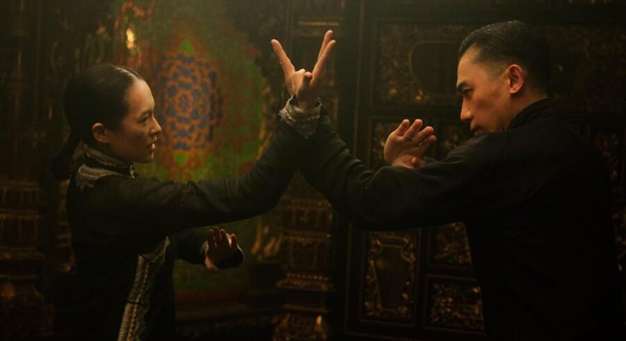 »The Grandmaster« er en forelsket hyldest til kung fu kunsten som den så ud på sin storhedstid. Tony Leung og Ziyi Zhang i hovedrollerne. PR-foto