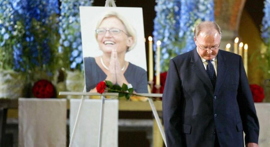 Det er tirsdag 10 år siden, at Sveriges udenrigsminister, Anna Lindh, blev stukket ned i et stormagasin i Stockholm. Hvad mange først troede var et politisk attentat, viste sig hurtigt at være en psykisk syg mands værk. Anna Lindh døde dagen efter, 11. september 2003.Anna Lindh var af mange udset til at afløse Sveriges daværende statsminister Göran Persson som de svenske socialdemokraters statsministerkandidat. Her ses Göran Persson ved en mindesceremoni til ære for Lindh.