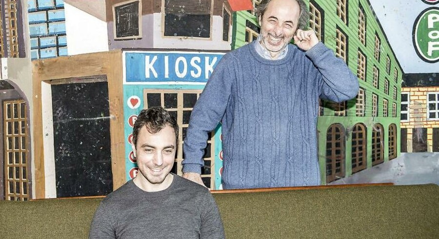 Tiger-stifteren Lennart Lajboschitz (stående) og GoMore-stifteren Matias Møl Dalsgaard fotograferet på Lajboschitz' kontor i Kødbyen.