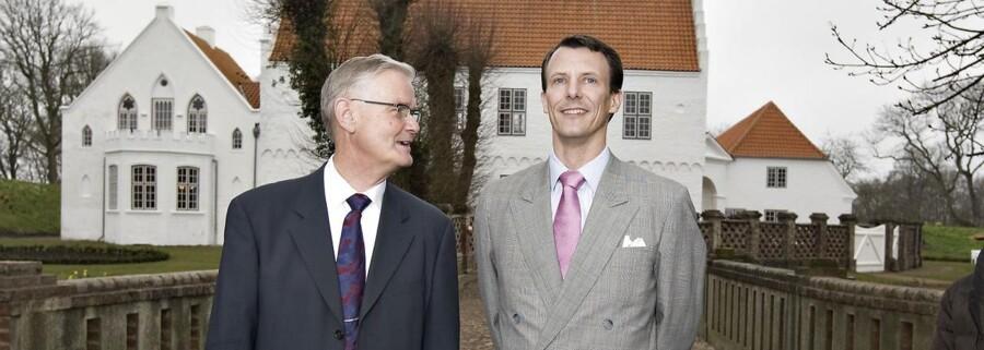 Til venstre ses den netop afdøde, tidligere B&O-formand Peter Skak Olufsen sammen med Prins Joachim (t.h.) (arkivfoto)
