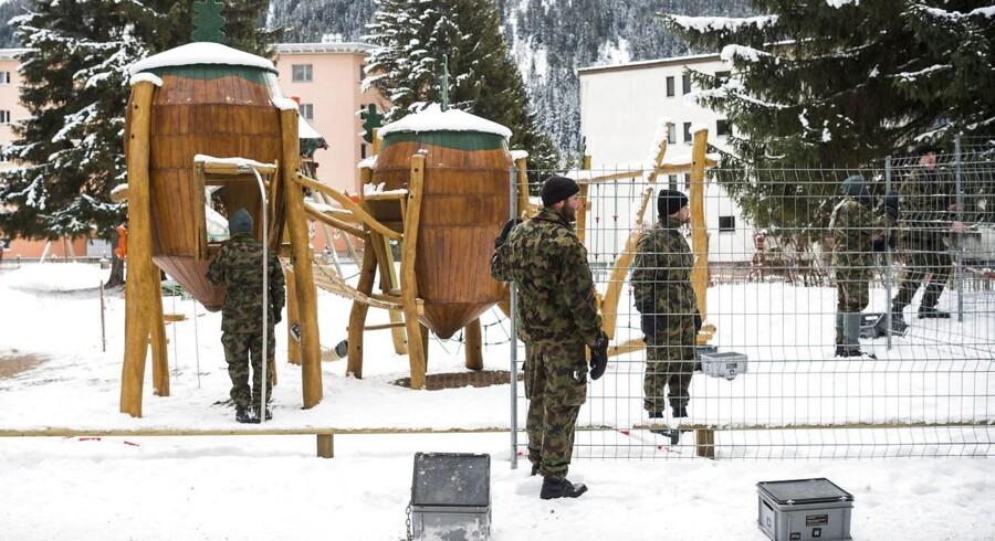 Schweiziske soldater sætter det første sikkerhedshegn op til det kommende World Economic Forum, WEF, i Davos, Schweiz.