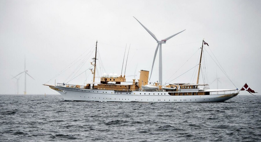 Kongeskibet Dannebrog er tidligt om morgenen den 4. september på vej gennem Dongs havmøllepark med 111 vindmøller ved Anholt på vej til Grenå. Her vil H.K.H. Dronning Margrethe og statsminister Helle Thorning-Schmidt gå ombord på en færge der senere onsdag sejler ud og foretager den officielle indvielse af vindmølleparken. Her sejler Dannebrog langs vindmølleparken der er 20 km lang fra nord til syd.