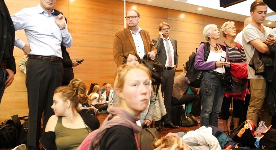 Ingen rejsende kommer mandag morgen igennem sikkerhedstjekket i lufthavnen i Kastrup. Personalet i sikkerhedskontrollen har nedlagt arbejdet, og køerne vokser efterhånden som de rejsende ankommer til lufthavnen.