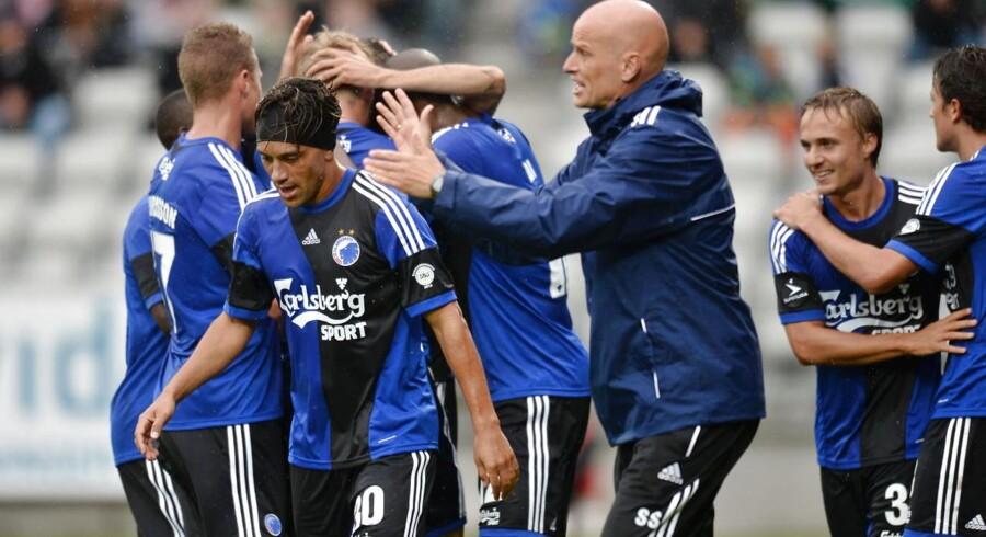 Ståle Solbakken jubler med spillerne søndag i Viborg.