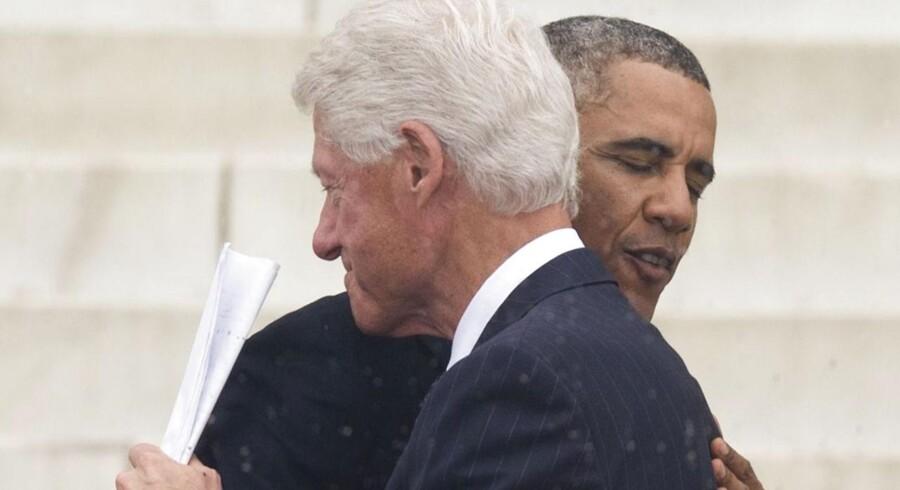 USAs præsident Barack Obama omfavner tidligere præsident Bill Clinton i forbindelse med højtideligholdelsen af 50-året for Martin Luther Kings berømte tale »I have a Dream«.