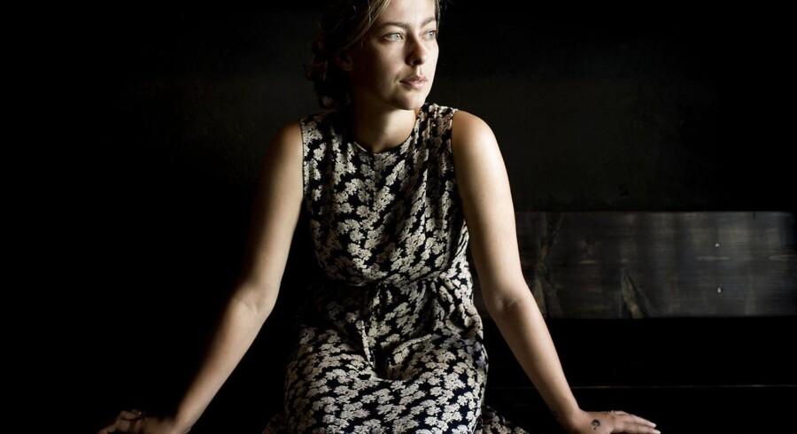 Caroline Albertine Minor blev færdig på Forfatterskolen i 2012. Hun er den første fra sin årgang på solen, der udgiver en roman.