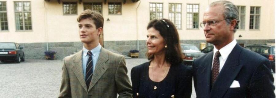 Den svenske kostskole Lundsberg, hvor blandt andet den svenske prins Carl Philip har gået, bliver nu lukket i mindst seks måneder af myndighederne. Her ses kongefamilien foran skolen. Lukningen kommer, efter ældre elever har brændt yngre elever med et strygejern i et indvielsesritual.