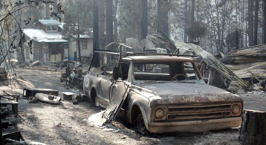 En udbrændt bil i et af de hærgede områder tæt på og omkring Yosemite National Park i Californien.