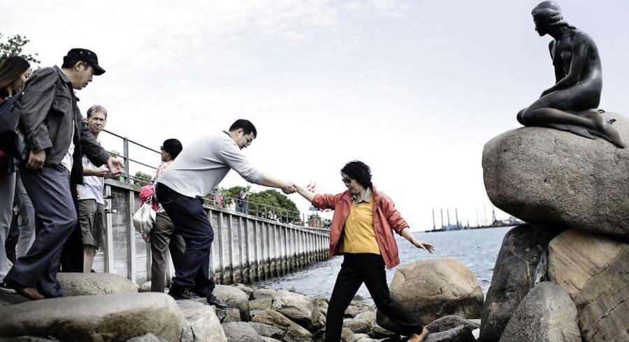 Kinesiske turister ved den lille havfrue, som fredag fylder 100 år.