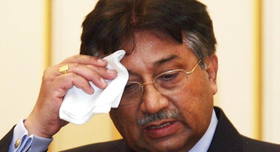 Ved tirsdagens høring i byen Rawalpindi blev tre anklager om mord, sammensværgelse om at myrde og facilitering af mord læst op for 69-årige Musharraf, efter han ankom til retten under høj sikkerhed. - Arkivfoto