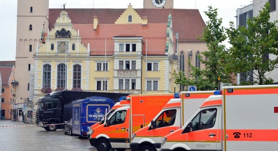 Udrykningskøretøjer står klar foran rådhuset i den sydtyske by Ingolstadt den 19. august 2013, hvor en bevæbnet mand har taget et ukendt antal gidsler.