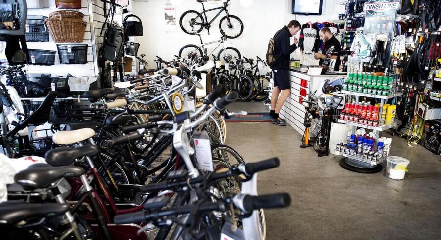 Det går godt for den danske cykelbranche, hvor omsætningen sidste år steg med 8 procent i forhold til 2011. Her er det Simon Overgaard fra Fri BikeShop på Nørrebro i København, der betjener en kunde.