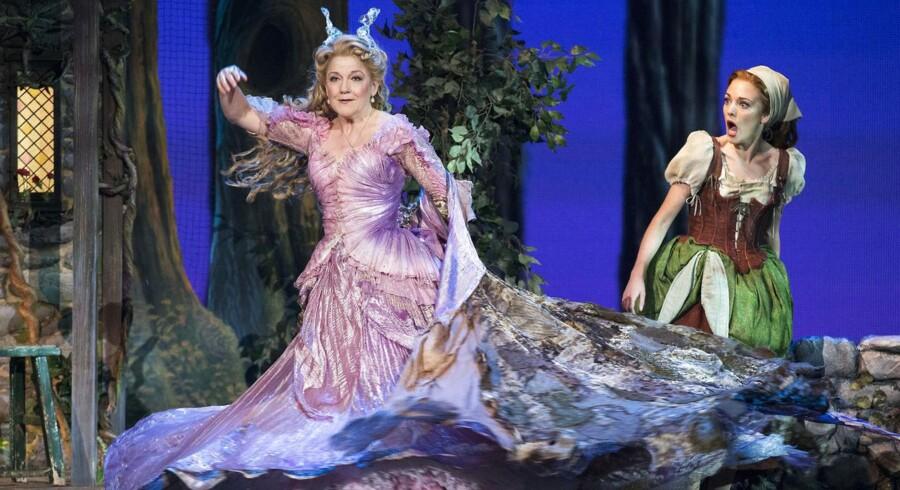 Eventyr som Cinderella (Askepot på dansk, red.) var udbredt i Europa og blev også indsamlet af den tyske eventyrsamler Frantz von Schönwerth. Her er det en forestilling fra juni 2013 fra den amerikanske musical Cinderella med musik og tekst af Rodgers og Hammerstein.