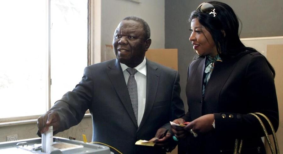 Morgan Tsvangirai flankeret af sin hustru, Elizabeth, stemte onsdag.