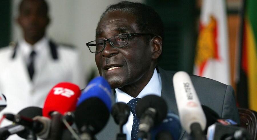 Zimbabwes 89-årige præsident Robert Mugabe taler her på et pressemøde dagen før valget. Mugabe har allerede udråbt sig selv som vinder af valget efter en jordskredssejr over rivalen Morgan Tsvangirai. Det officielle resultat efter onsdagens valg forventes inden for 5 dage.