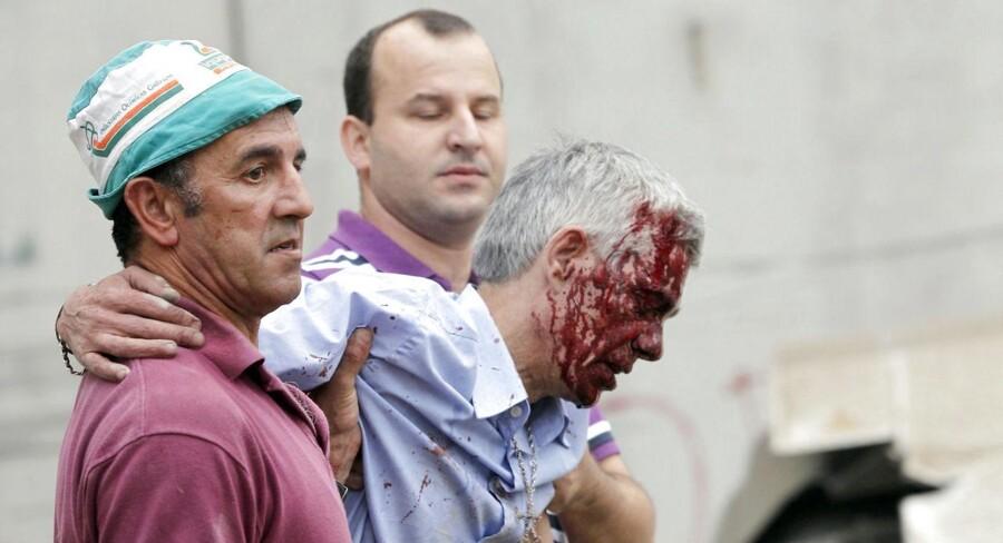 Lokofører, Francisco Jose Garzon, der her ses blive ført væk fra ulykkesstedet for togulykken ved byen Santiago de Compostela i det nordvestlige Spanien, nægter nu at udtale sig om ulykken til politiet.