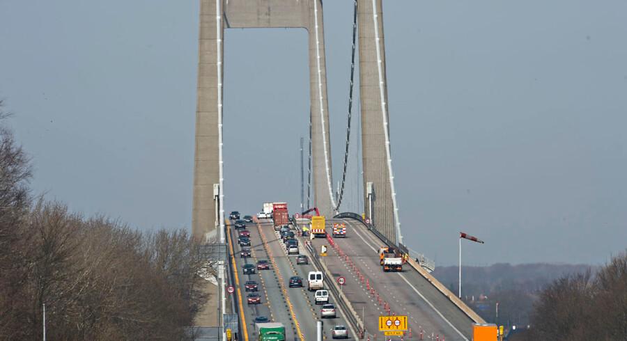 Skaderne på Lillebæltsbroen opstod, da en lastbil natten til tirsdag ramte en skiltevogn på broen og brød i brand.