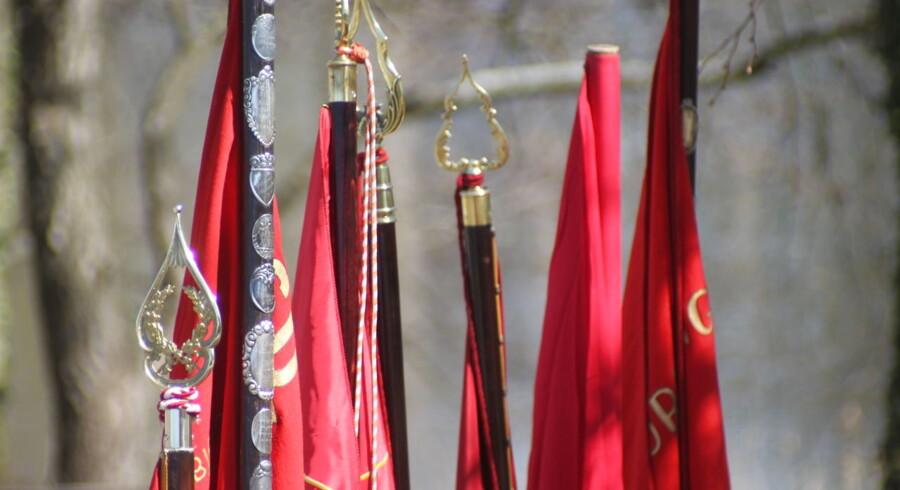 Røde faner ved et 1. maj-arrangementet i Sønderborg.