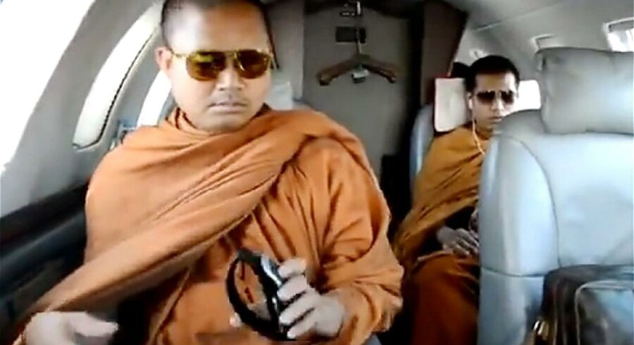 Da en video af den buddhistiske og nu efterlyste munk Wirapol Sukphol iført designersolbriller i et privatfly for en måneds tid siden dukkede op på YouTube, blev det startskuddet til en bizar sag om misbrug af religiøs status. Ifølge politiet har en munk aldrig været indblandet i så mange former for kriminalitet. Billedet stammer fra det 47 sekunder lange videoklip.