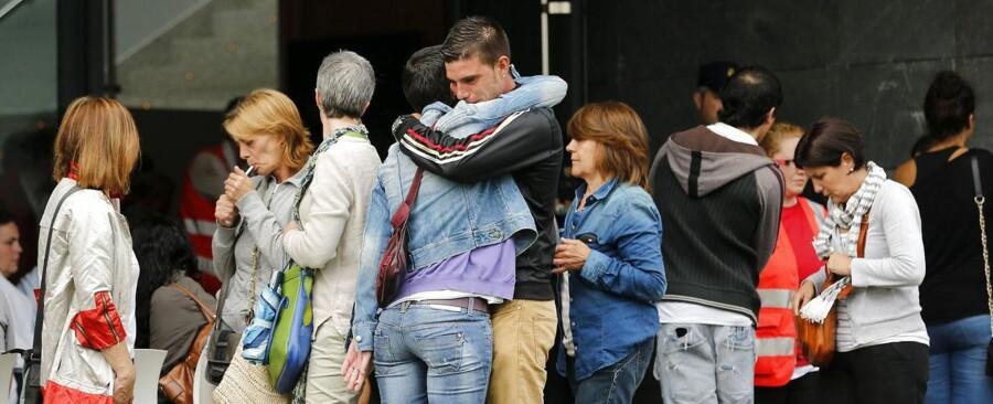 Pårørende til ofrene for togulykke foran den bygning i Santiago de Compostela, hvor Spansk Røde Kors tilbyder psykologhjæl efter den værste togulykke i Spanien i over 40 år.