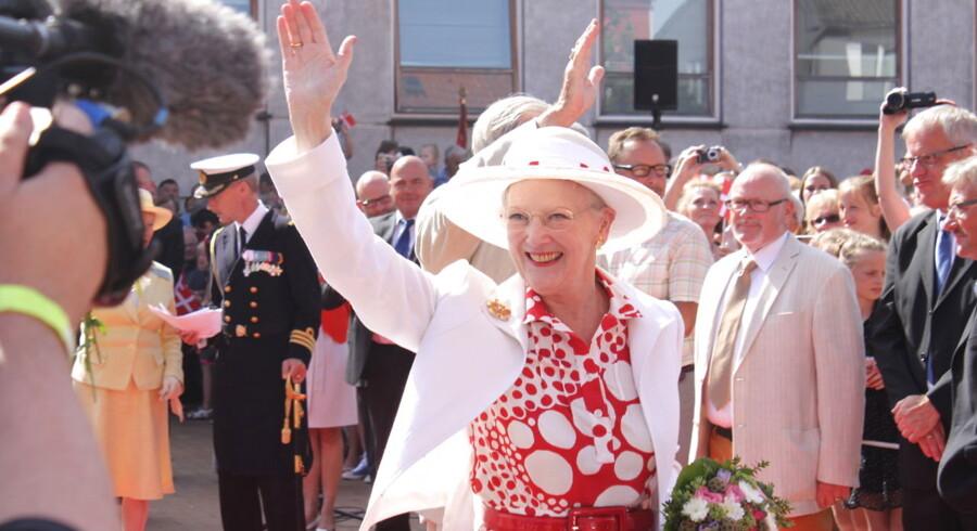 Sommeren kom for alvor til Gråsten, da Regentparret mandag formiddag blev modtaget af blomster og Dannebrogsflag på torvet. Nu venter to ugers sommerophold på Gråsten Slot for den kongelige familie.