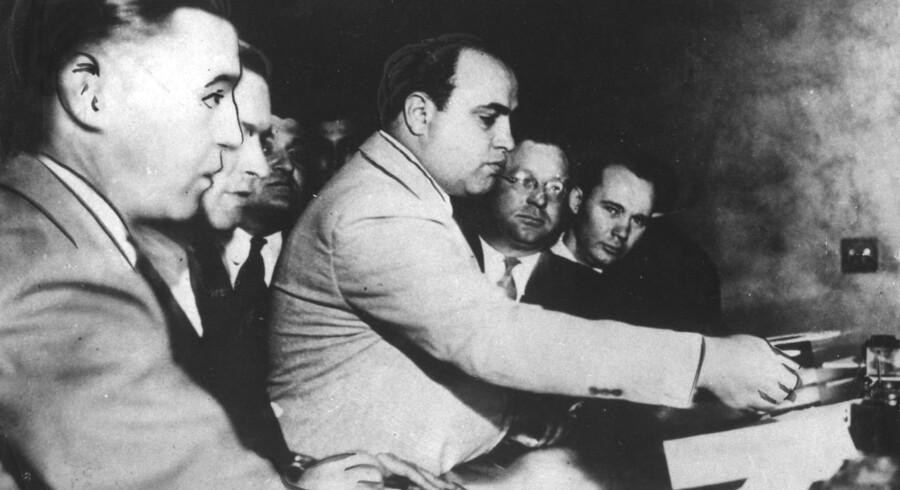 """I Rom har politiet netop gennemført det, der betegnes som den største anslag mod mafiaen nogensinde i den italienske hovedstad. Se de største mafiabosser gennem tiden.Den amerikanske gangster Al Capone, også kendt som Al """"Scarface"""" Capone, var berygtet for spritsmugling og andre kriminelle aktiviteter i 20erne og 30erne. Han var ekspert i at distancerer sig fra den kriminelle verden, og først i 1931 blev han dømt til 11 års fængsel for skattesvindel."""