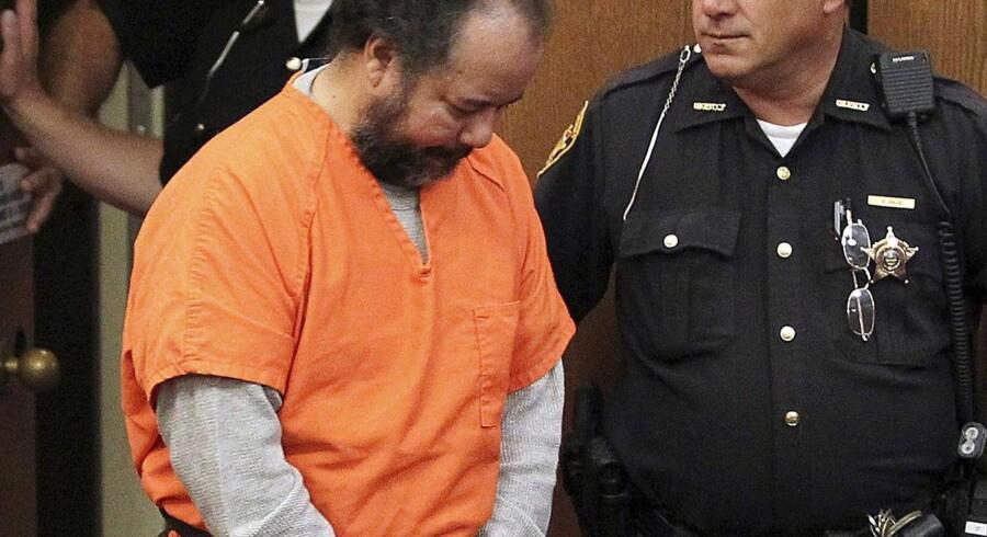53-årige Ariel Castro går ind i retten med sænket hoved den 24. juli 2013.