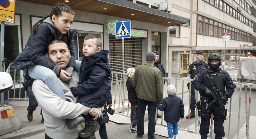 »Vi er ikke vant til den slags her i Sverige,« siger Rudolf Castillo, der står ved en af politiets afspærringer i Stockholm.