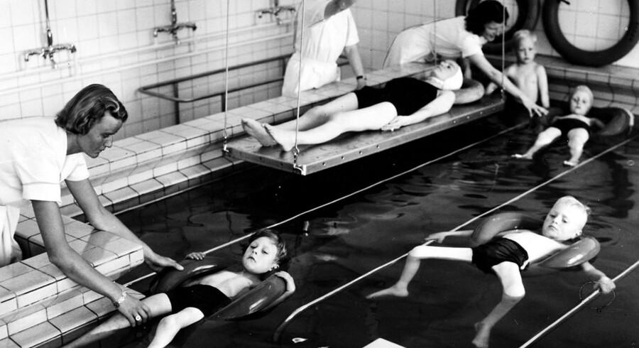 Polioramte børn trænes i badeafdelingen på Ortopædisk Hospital i Århus.