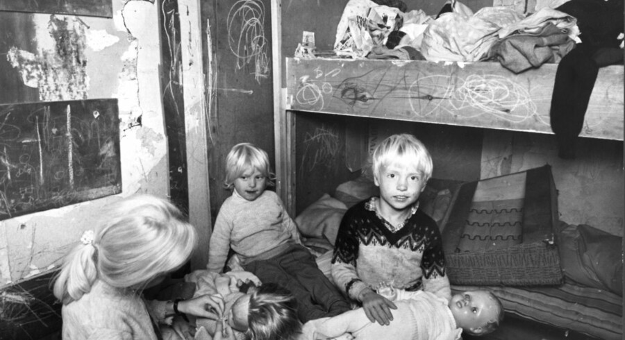 Børn i et værelse i det mest utrolige slum i Sundby i København.
